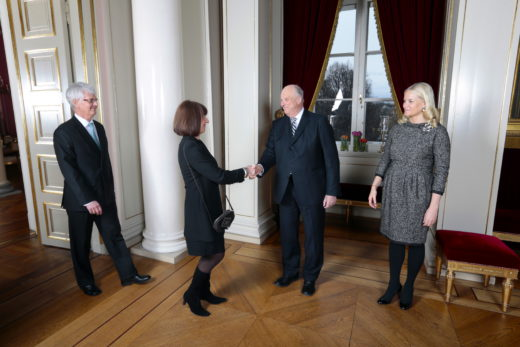 Åse Marie Frøyshov, Hamar, Hedmark, har fått Kongens fortjenstmedalje. Her hilser han på kong Harald og dronning Sonja under en mottakelse på Slottet mandag ettermiddag. Hun ledsages av Geir Frøyshov.